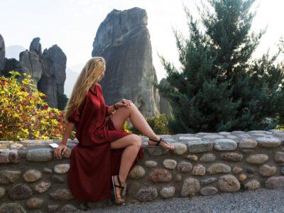Piękna kobieta w stylowej sukience