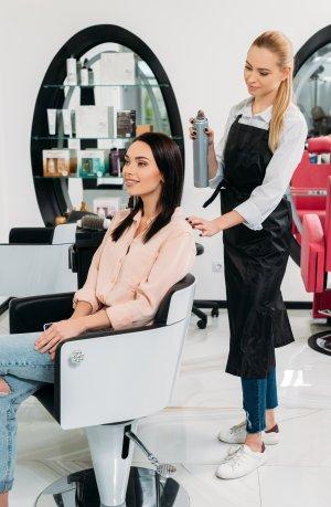 w salonie fryzjerskim przed rozjaśnieniem włosów
