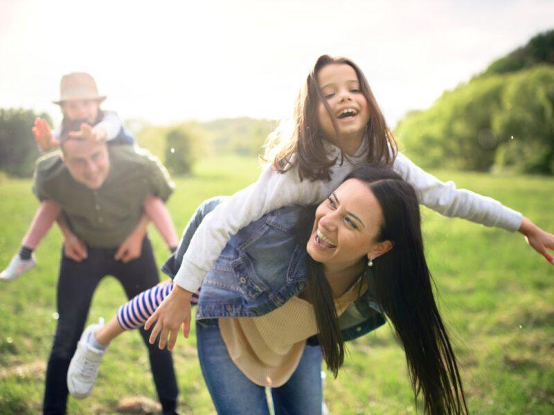 szczęśliwa rodzinka z dziećmi